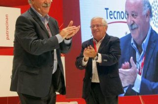 Vicente de Bosque también se fotografía con el libro 'Universidad y empleo'