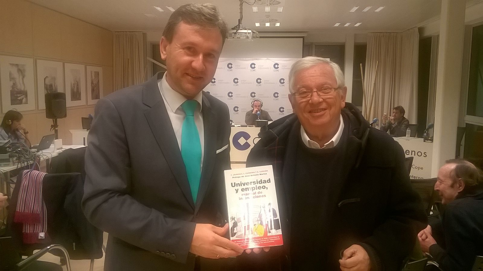 Javier Lacalle, Alcalde de Burgos, recibe el libeo 'Universidad y Empleo' de la mano de Fernando Jáuregui