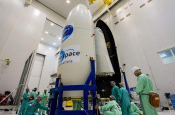 GRA041. KOUROU (GUAYANA FRANCESA), 10/02/2015.- Fotografía facilitada por la Agencia Espacial Europea (ESA) que lanza mañana su nuevo prototipo de nave espacial, el Vehículo Experimental Intermedio (IXV, siglas en inglés), que verificará las tecnologías necesarias para el reingreso en la atmósfera y servirá de base para el desarrollo de sistemas europeos de transporte reutilizables. El lanzamiento, a las 13.00 GMT, se efectuará en un cohete Vega, el más pequeño de los que opera Arianespace, desde el Centro Espacial Europeo de Kourou, en la Guayana francesa, y se podrá seguir en directo a través de la web www.esa.int. EFE/MANUEL PEDOUSSAUT ***SOLO USO EDITORIAL***